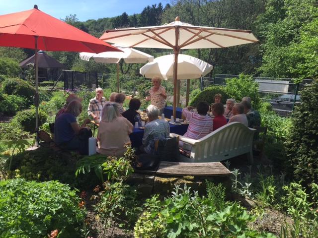 Wittener Frauengruppe besucht den Garten Avalon